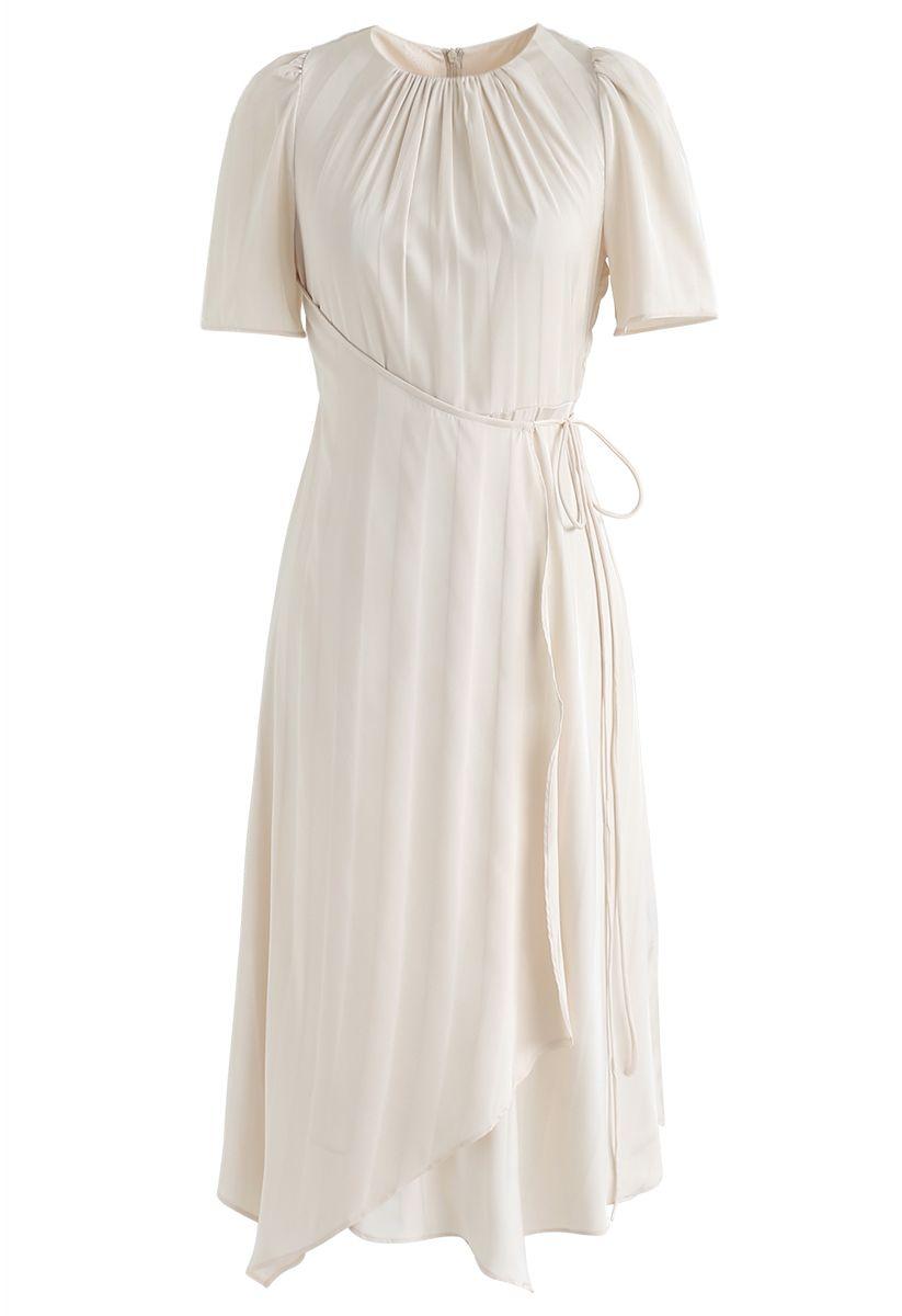 Asymmetrisches Kleid mit subtilen Streifen in Creme