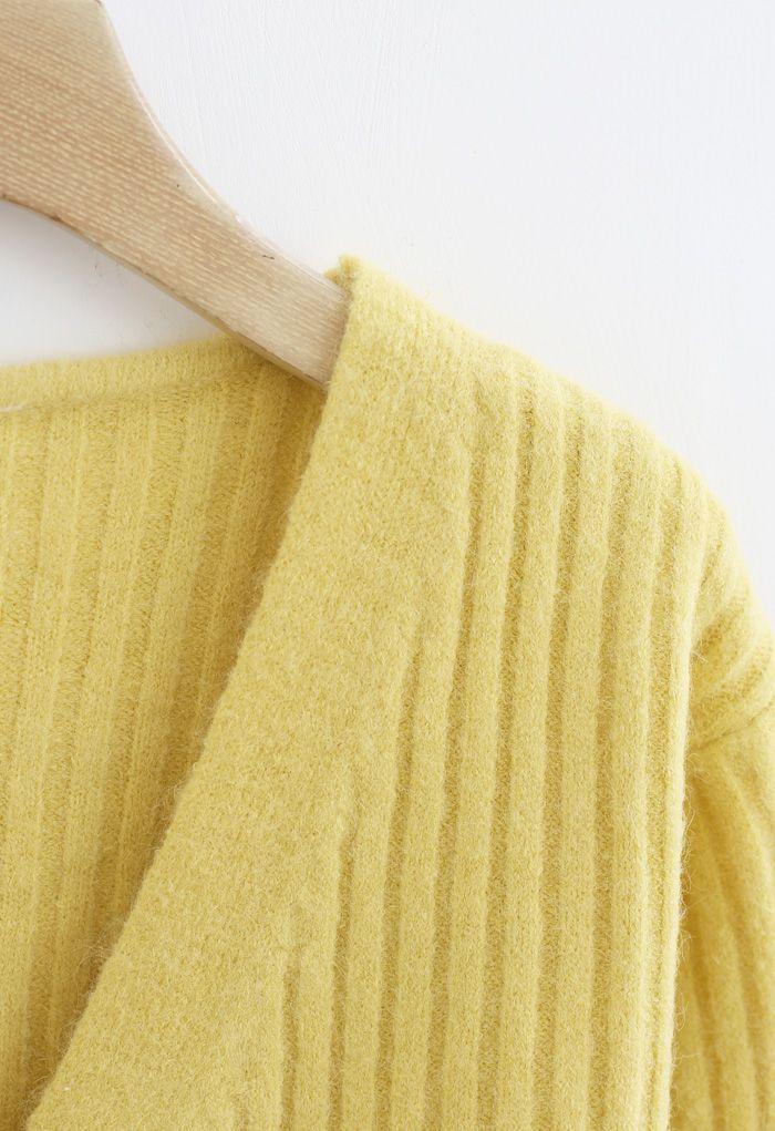 Gemütliche, gerippte Strickjacke mit V-Ausschnitt in Gelb