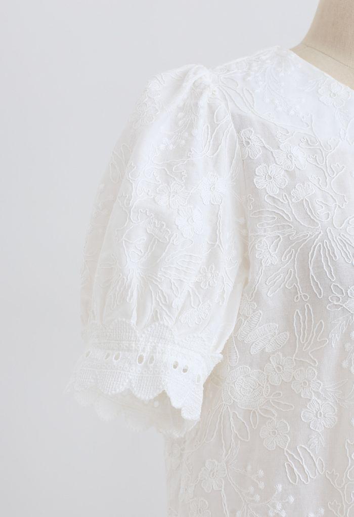 Zartes, kurzes Ärmeloberteil mit Blumenstickerei in Weiß