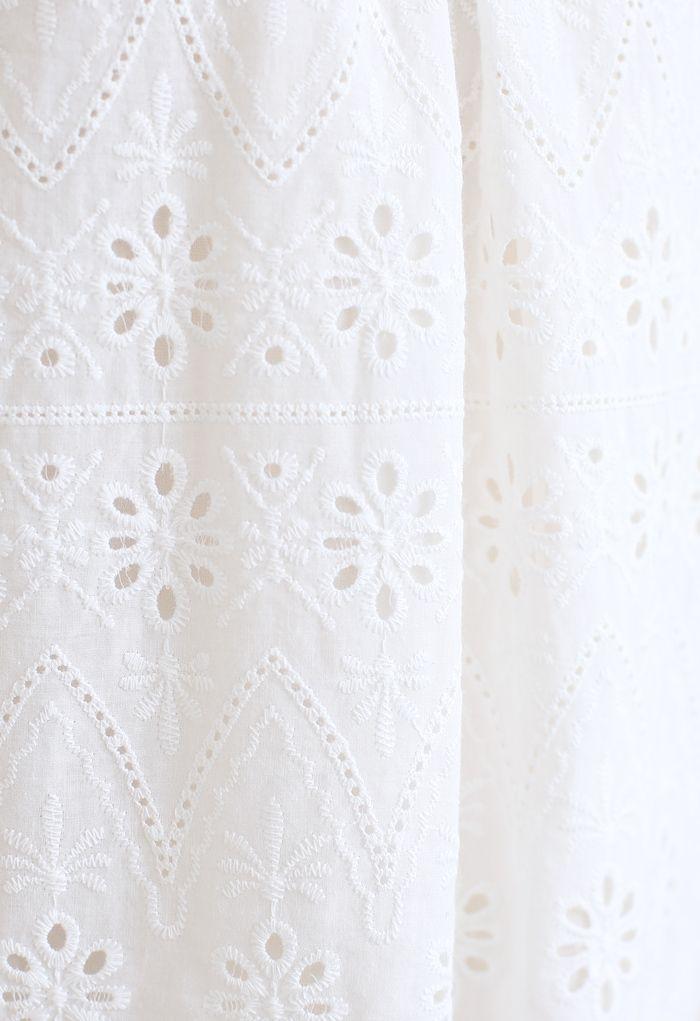 Zickzack-Öse mit Blumenstickerei und kurzen Ärmeln in Weiß