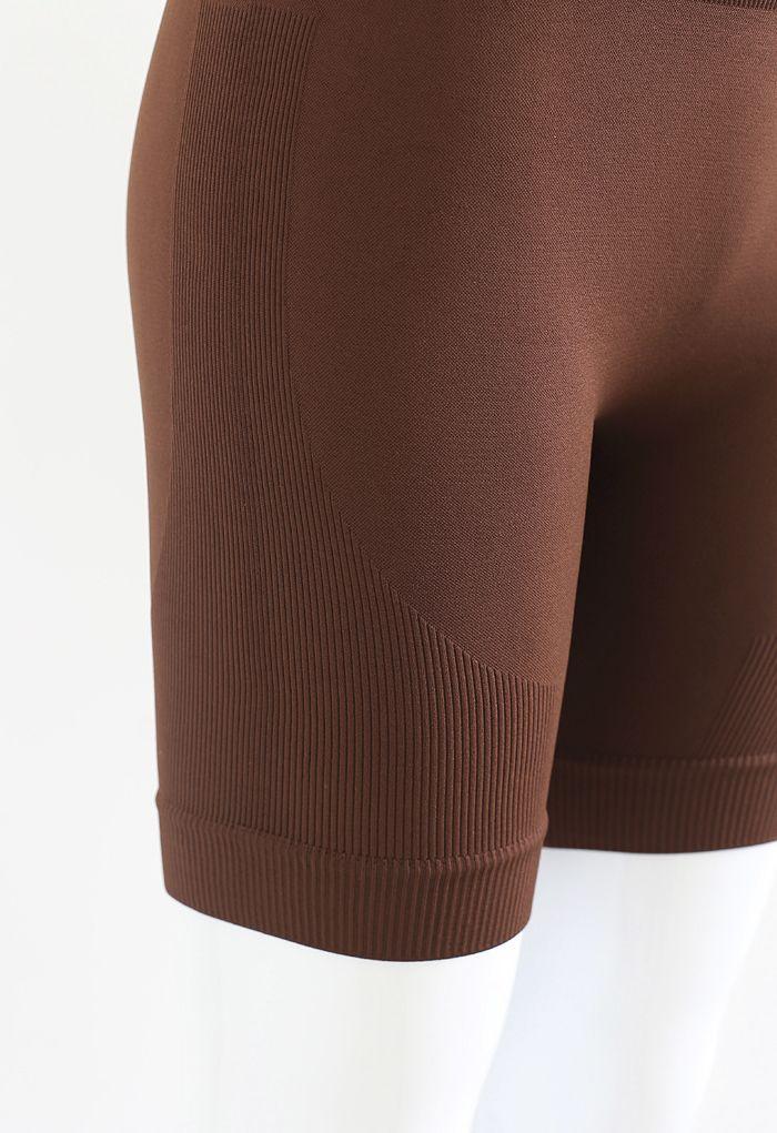 Kurzes Sportoberteil mit Reißverschluss vorne und Legging-Shorts in Braun