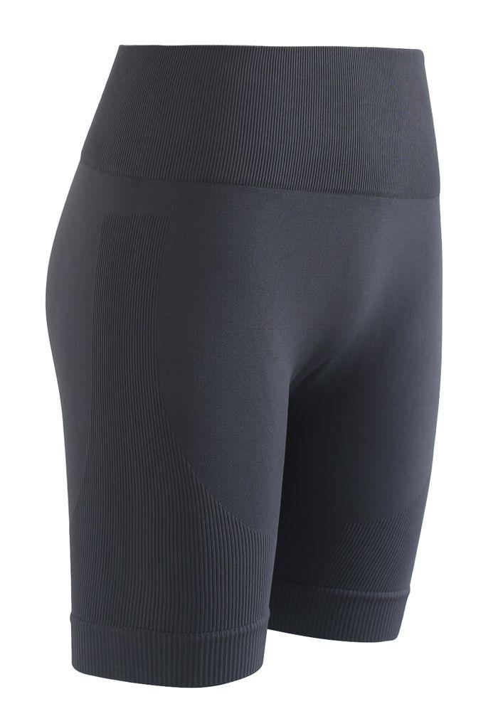 Kurzes Sportoberteil mit Reißverschluss vorne und Legging-Shorts in Rauch