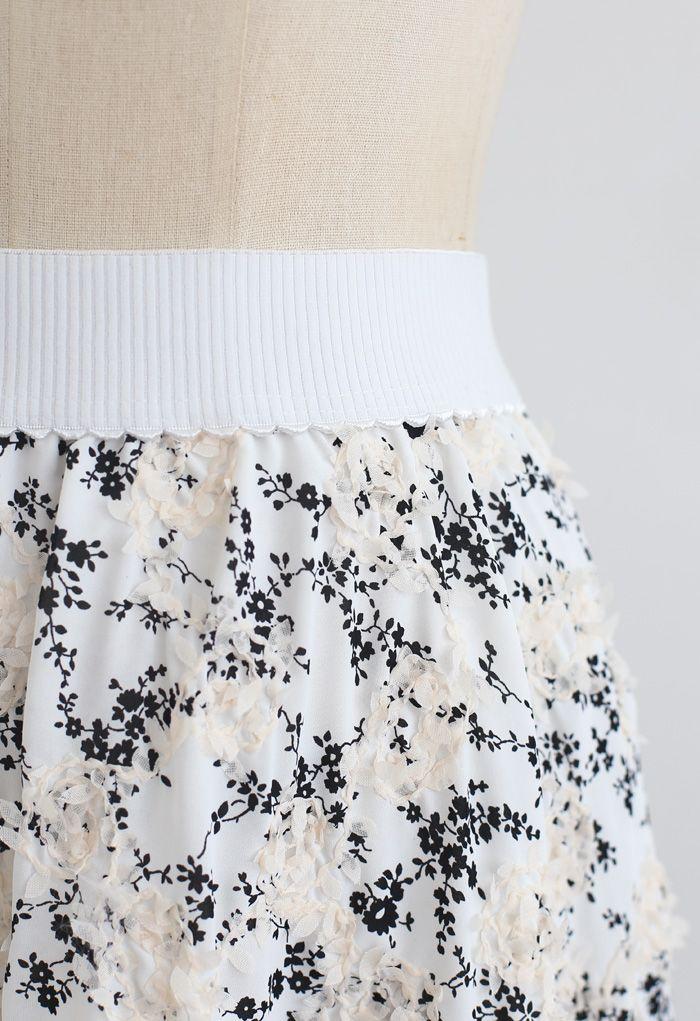 Midi-Rock mit Blumendruck und 3D-Applikation in Weiß