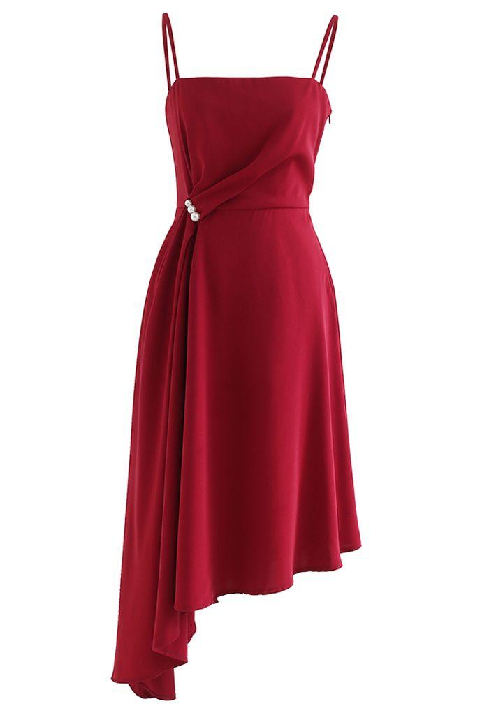 Gerafftes, asymmetrisches Camisole-Kleid mit Perlenbesatz in Rot