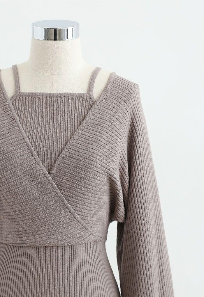 Fake – Zweiteiliges Wickelkleid mit kalter Schulter in Taupe