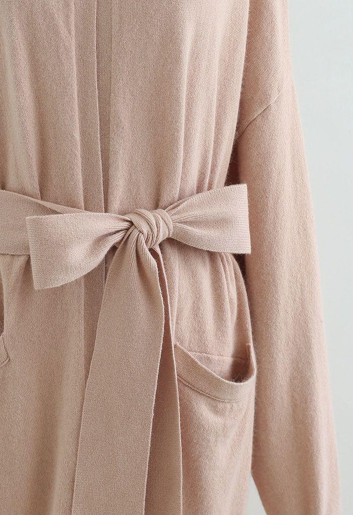 Lang geschnittene Strickjacke mit aufgesetzter Tasche und offener Vorderseite