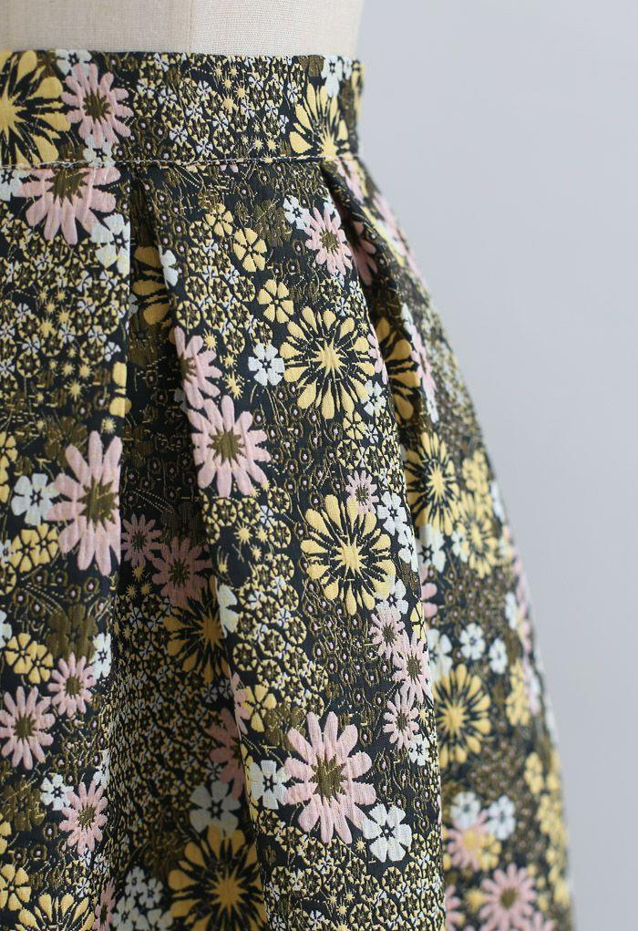 Geprägter Falten-Midirock mit Blütencluster in Grün