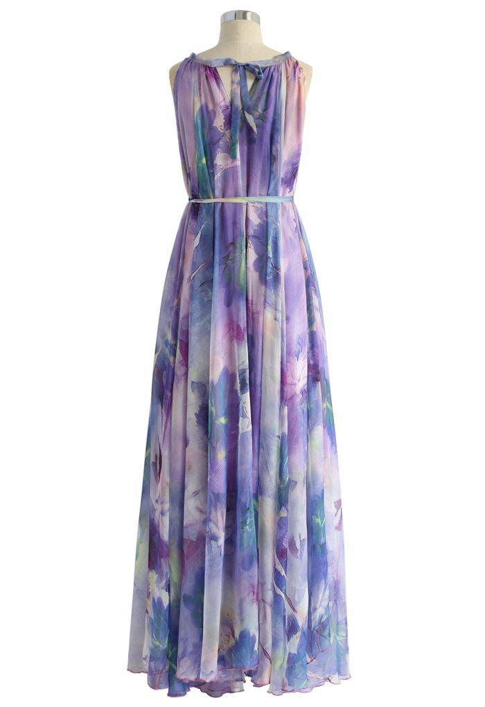 Langes Kleid mit lila Blumenaquarellen