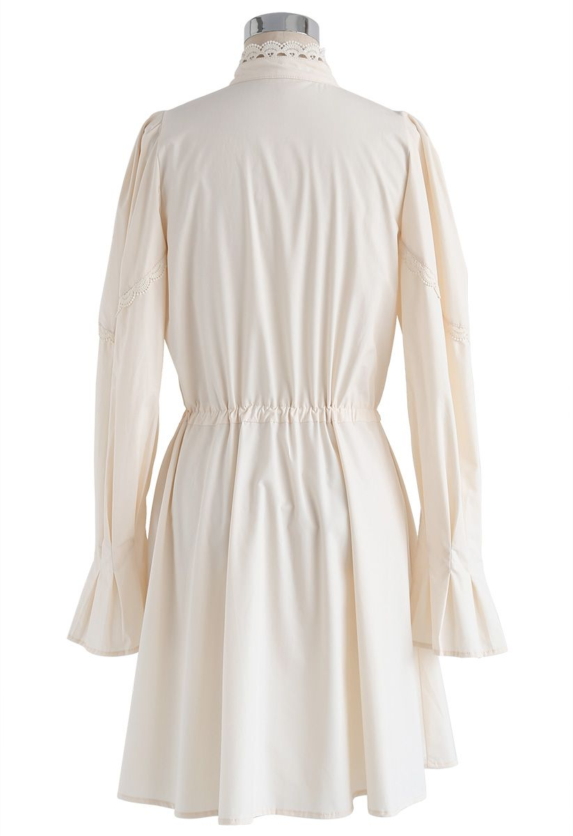Pure Schönheit: cremefarbenes Kleid mit Puffärmeln und animiertem Saum