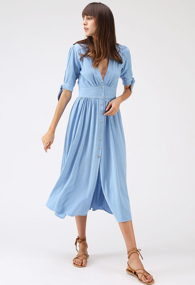 sommeredition blaues kleid mit v-ausschnitt und knopfverschluss