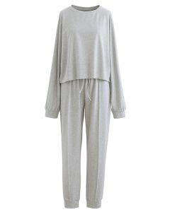 Roh geschnittenes Saum-Sweatshirt und genähte Hose in Grau
