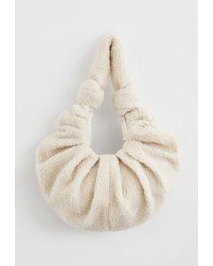 Teddy Schulter Croissant Tasche in Elfenbein