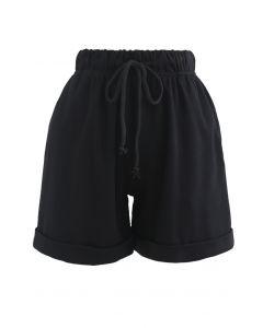 Gefaltete Saum Kordelzug Taschen Shorts in Schwarz