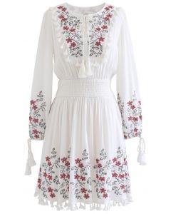 Blumen besticktes Quasten-Boho-Kleid