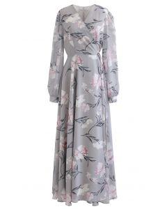 Atemberaubendes graues Wickel-Chiffon-Maxikleid mit Blumendruck