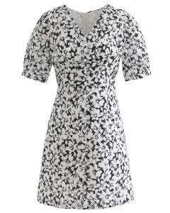 Sanftes Blossom-Minikleid mit V-Ausschnitt und Knöpfen in Schwarz