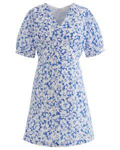 Sanftes Blossom-Minikleid mit V-Ausschnitt und Knöpfen in Blau