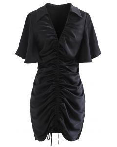Schwarzes Minikleid mit ausgestellten Ärmeln und Kordelzug Front
