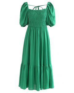 Grünes Kleid mit eckigem Ausschnitt und Puffärmeln