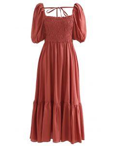 Gerafftes Kleid mit eckigem Ausschnitt und Puffärmeln in Rostrot