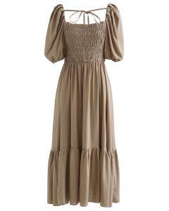 Braunes Kleid mit eckigem Ausschnitt und Puffärmeln