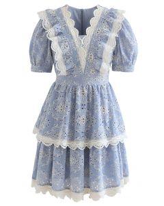 Abgestuftes Kleid mit voller Stickerei und Spitzenbesatz