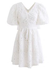 Gehäkeltes Kleid mit V-Ausschnitt mit Jakobsmuschel