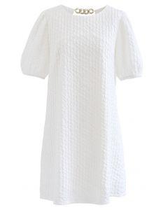 Goldenes Minikleid mit Kettendetail in Weiß