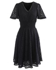 Rose Kleid mit V-Ausschnitt und geraffter Taille in Schwarz