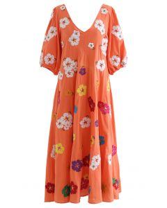 Dolly-Kleid mit tiefem V-Ausschnitt und Petal-Stickerei in Koralle