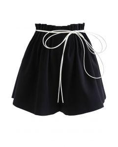 Schwarze String-Shorts mit geraffter Taille zum Binden