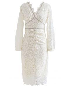 Figurbetontes Kleid aus Spitze mit Kristallverzierung