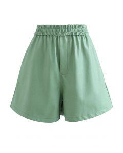 Strukturierte Shorts aus Kunstleder in Grün