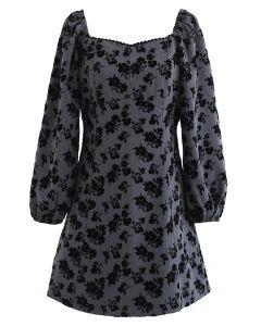 Graues Minikleid mit Posy-Print und herzförmigem Ausschnitt