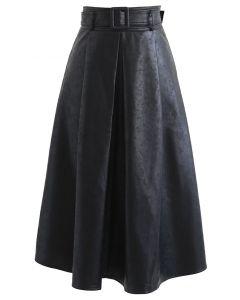 Faltenrock aus strukturiertem Kunstleder mit Gürtel in Schwarz