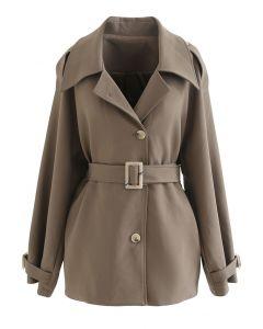 Brauner Mantel mit Knöpfen und Gürtel
