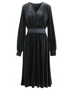 Wickelkleid aus Samt mit V-Ausschnitt in Grau