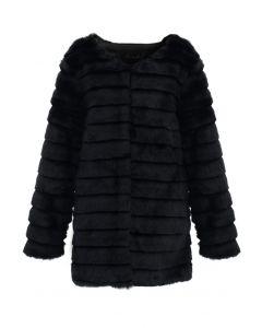 Schwarzer Kunstpelz gepolsterter Mantel