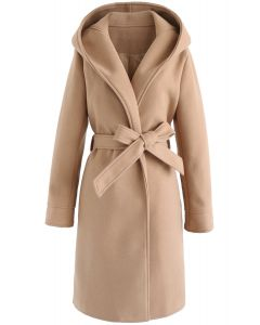 Bequemer Kurzurlaub: langer Mantel mit hellbrauner Kapuze mit offener Front