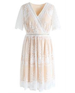 Süße Träume - Rotes Kleid mit Blumenstickerei