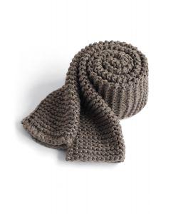 Mantener una cálida bufanda tejida a mano en color topo