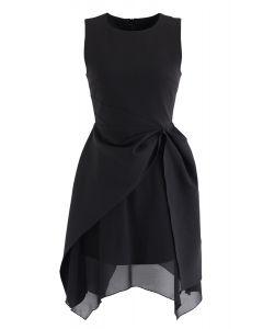 Ärmelloses Kleid mit asymmetrischem Saum in Schwarz