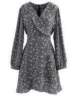 Winziges asymmetrisches Kleid mit Blumenkrawatte und Taille in Schwarz