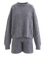 Strickpullover und Shorts in Grau